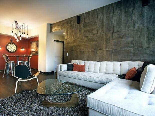 Wandfarbe rot braun weißes Sofa schwarzer Stuhl Wohnzimmer