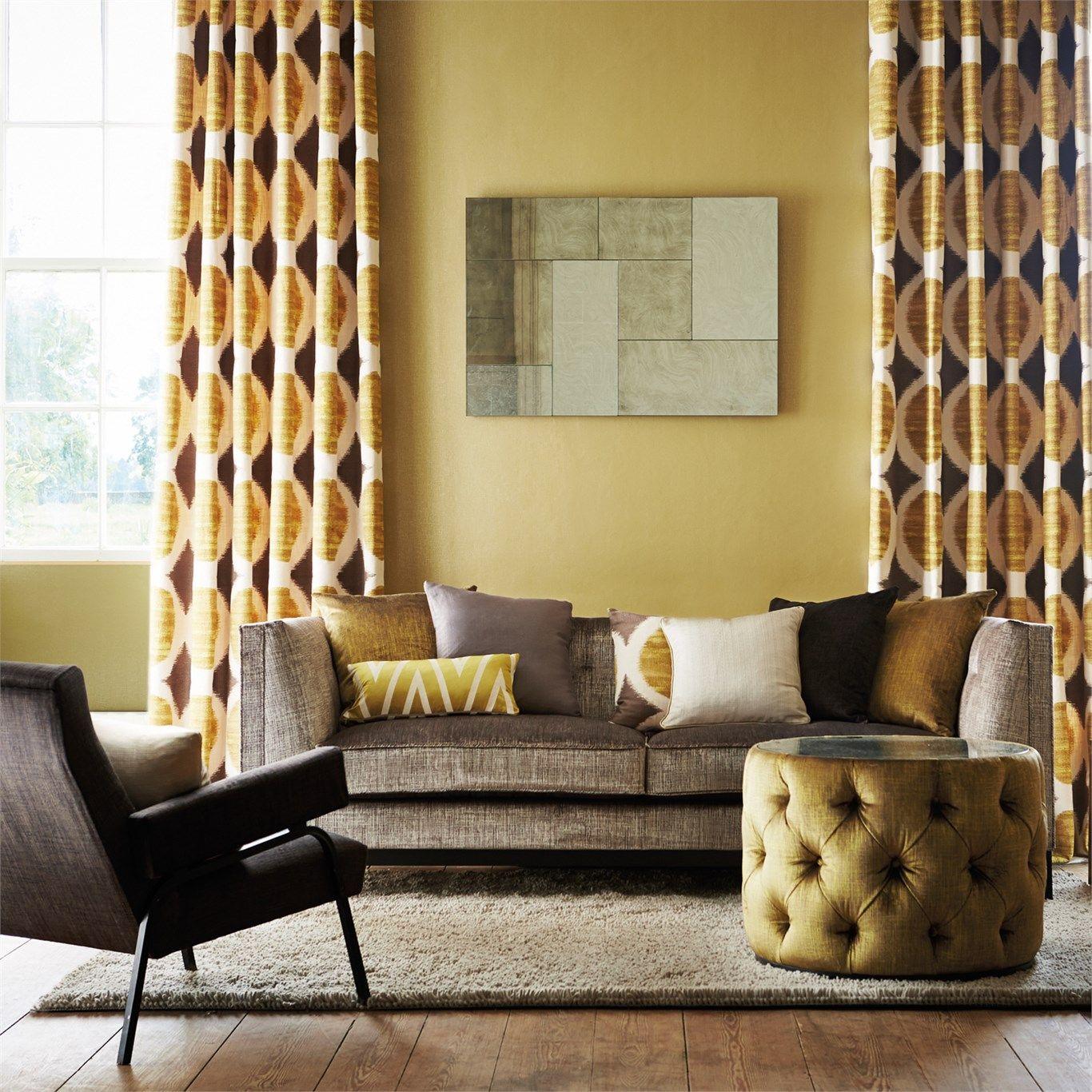 北欧っぽいプリントも配色も個性的なカーテン。シンプルでモダンな感じにまとめてますが、やたら高級感があるのはカーテンの