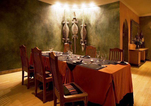 Singa Lodge het baie mooi, maar vreemde, dekor en baie interessante kleurskemas vir binneversiering.