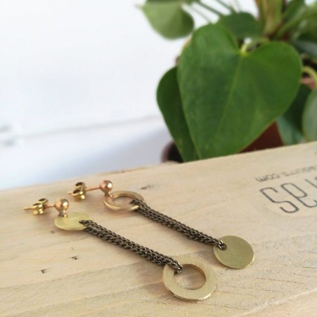 Nos gusta la asimetría y nuestros Pendientes Stenian son prueba de ello!! Disponibles en nuestra tienda online link en la bio. ⭐ Stenian earrings,  Gæa Collection. Available at our online store. Link in bio. . #newcollection #earrings #model #photography #madrid #aretes #pendientes #handmade #hechoamano #jewelry #contemporaryjewelry #girl #instajewelry #brass #photoshoot #asymmetry #asimetria