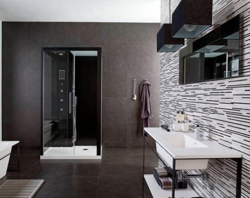 Cuarto de baño moderno y elegante en el que los tonos chocolate ...