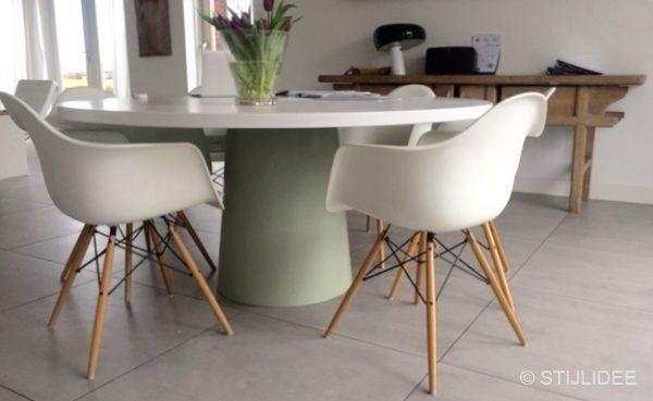 Binnenkijken in ... een eetkamer met ronde witte eettafel in ...