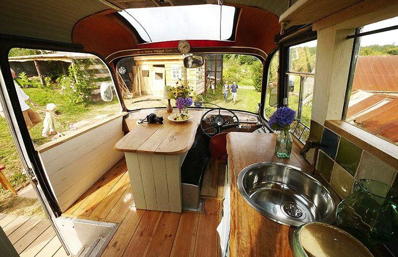 Fabuleux Un vieux bus transformé en un confortable lieu habitable. | Un  UD57