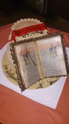 Torte zur Konfirmation. Mango-Cocos, das Buch ist aus Modellierschokolade, Marzipan und Esspapier, Schrift aus Speisefarbe.