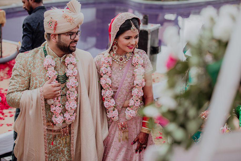 16 Wow Wedding Jaimala Designs With Refreshing Creativity | Planning |  WeddingSutra | Carnation wedding, Indian wedding garland, Wedding