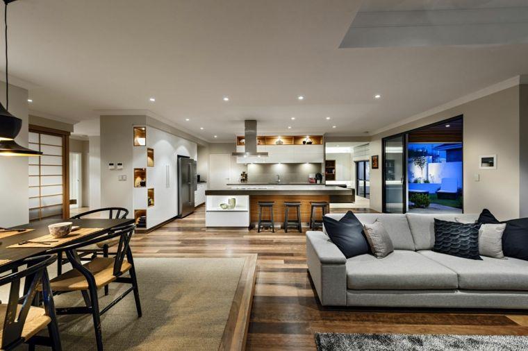 Pavimento parquet divano grigio mobili della cucina bianchi con