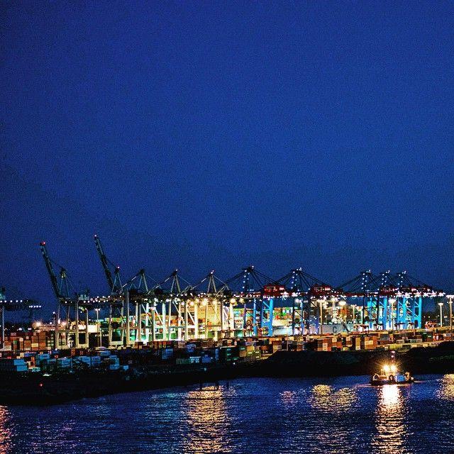 #hamburg #Hafen #Container #containerhafen #portofhamburg #elbe #lights #blauestunde #picoftheday #photooftheday #bestoftheday