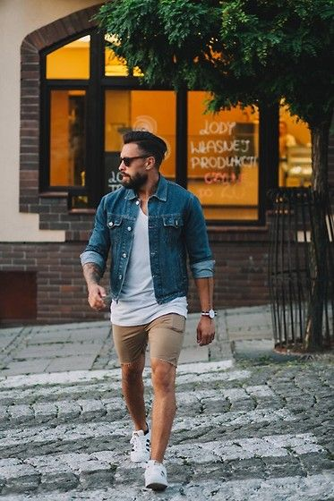 Die: White Sneakers + Beige Short + White Simple Shirt + Blue Denim Jacket