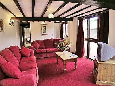 Duvale Retreat Bampton Situated in Bampton in the Devon Region, this holiday home is 28 km from Exeter. The property boasts views of the garden and is 30 km from Taunton. Free WiFi is offered throughout the property.
