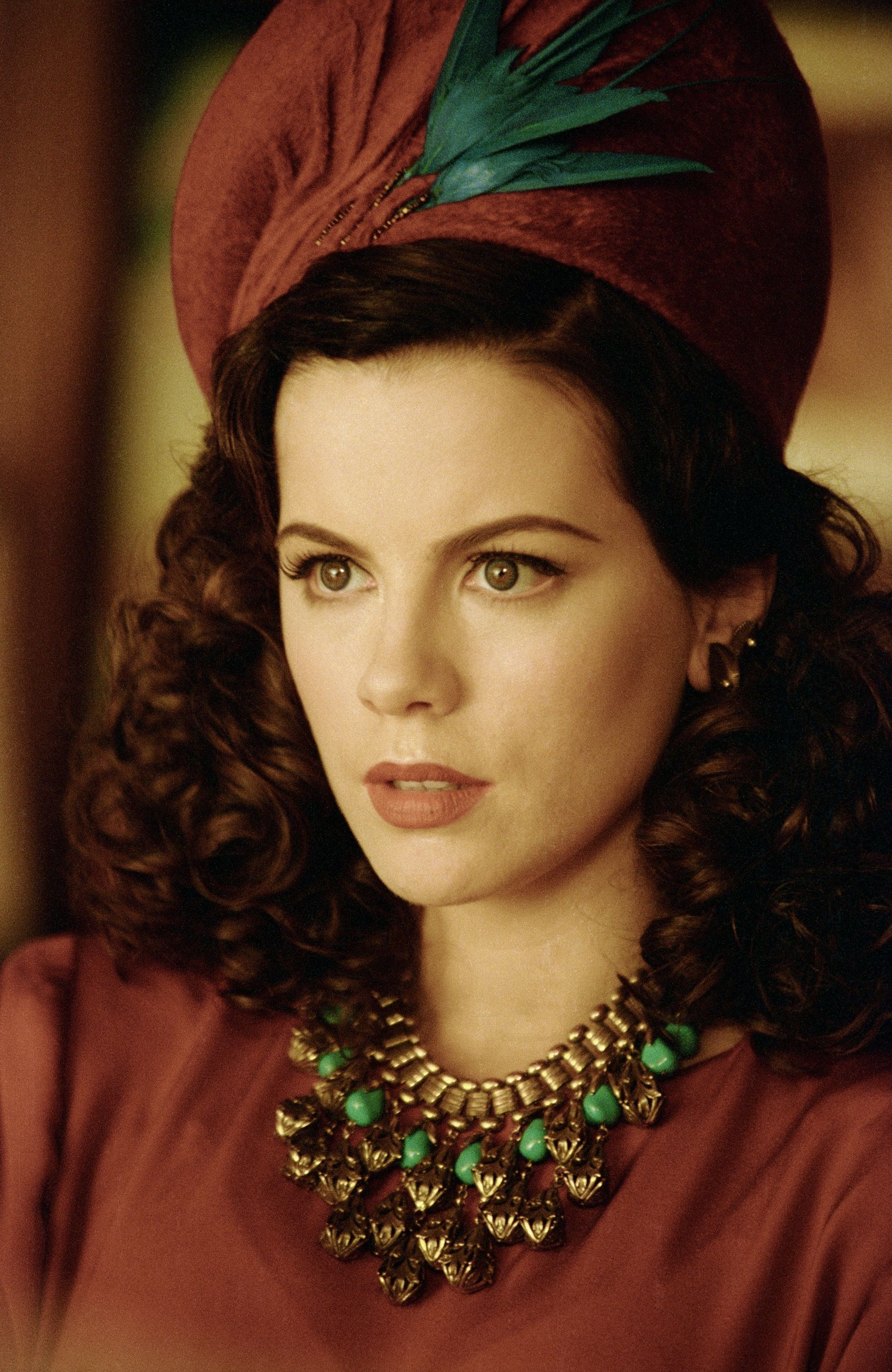 Ava Gardner (Kate Beckinsale) in unique chunky jewelry, old ...