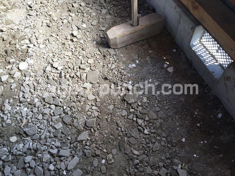 土間コンクリート打ちの前に下地を整地する 砕石代わりに瓦を砕いて転圧 土間コンクリート 砕石 瓦