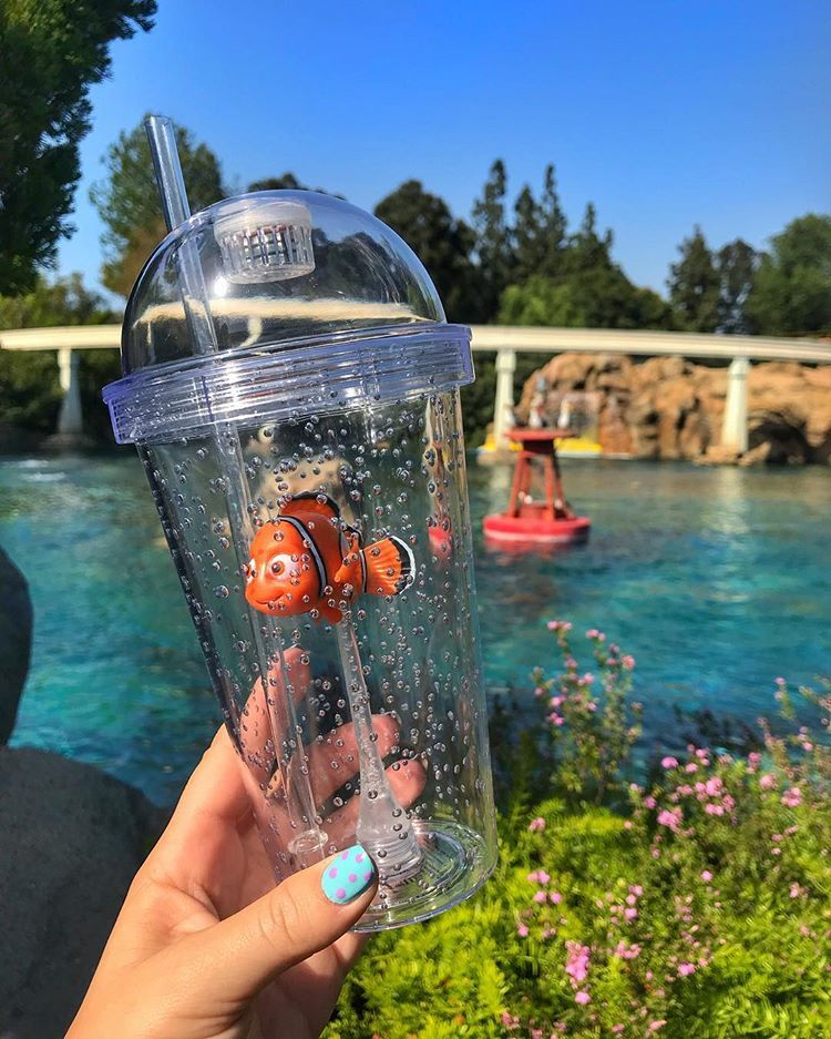 """Photo of KT🧸🖤 auf Instagram: """"GOMG the Finding Nemo & Finding Dory Tassen sind zu süß! Beide leuchten blau 💙 & kosten $ 17.99 mit einer gefrorenen Limonade. Verfügbar in…"""""""