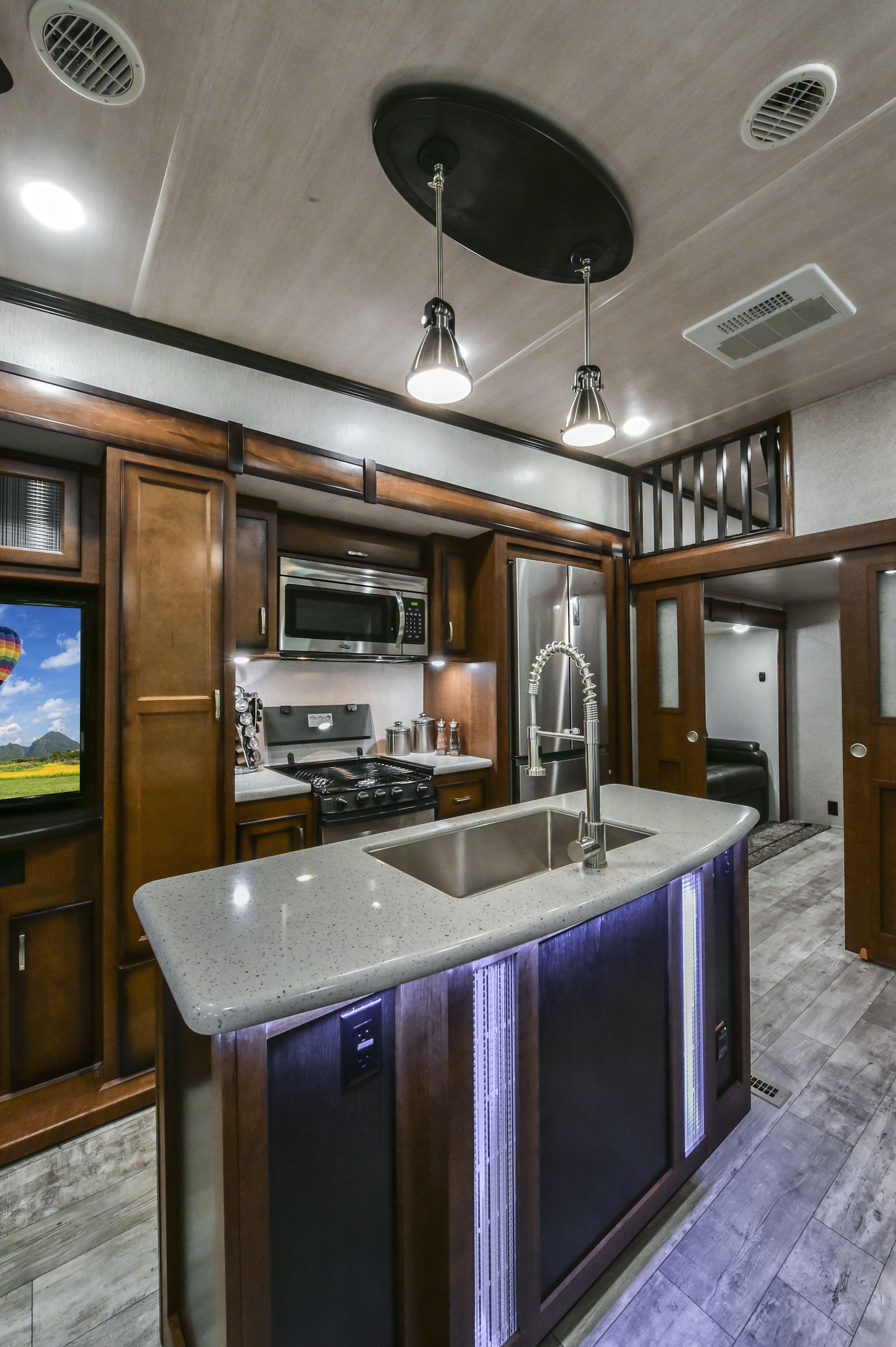 2018 Elkridge 39MBHS 5th Wheel RV Kitchen #heartlandrvs #elkridge #rv  #fifthwheel #