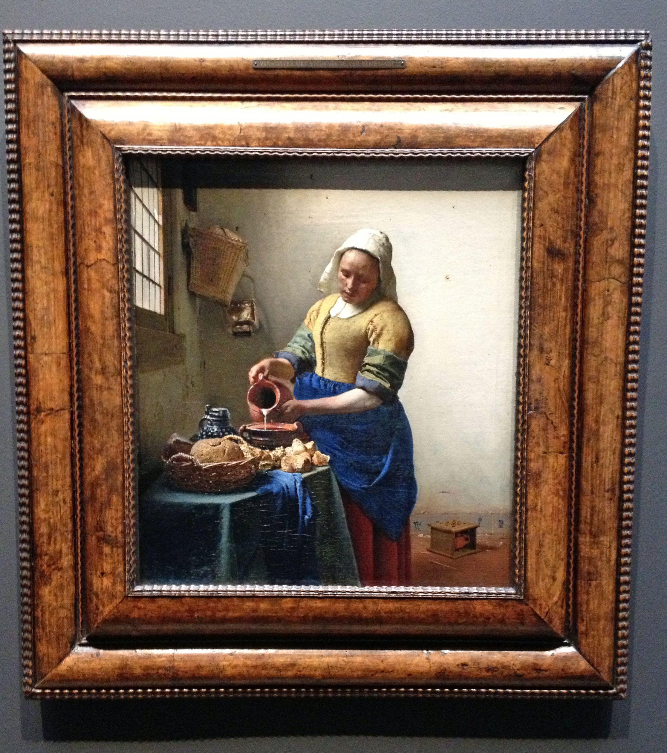 """Vi er blevet mere og mere glad for Vermeers malerier. Maria havde på et tidspunkt et billede fra en kalender med Vermeers """"Pigen der vejer perler"""" og hun var meget fascineret af billedet. Det var før hun kendte noget til Vermeer. Plakaten er desværre for længst forsvundet. Det gode er, at vi kan tage rundt på museerne og se de originale malerier. Denne lille """"billede-historie"""" beretter om vores """"jagt"""" på Vermeers malerier. Billederne er vores egne - mere eller mindre gode. (læs historien)"""