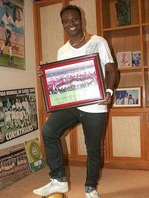 Edílson, o Capeta - 2011 - com o poster do Tri de 2001, onde fez 2 gols na final, no épico Flamengo 3x1 Vasco (GE).