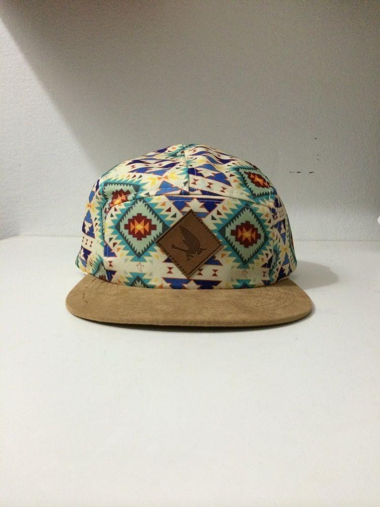 Gorra 5 paneles con patrón azteca, lleva el pitirre dentro del mismo patro. parche de cuero con el pitirre ponchado en el mismo.