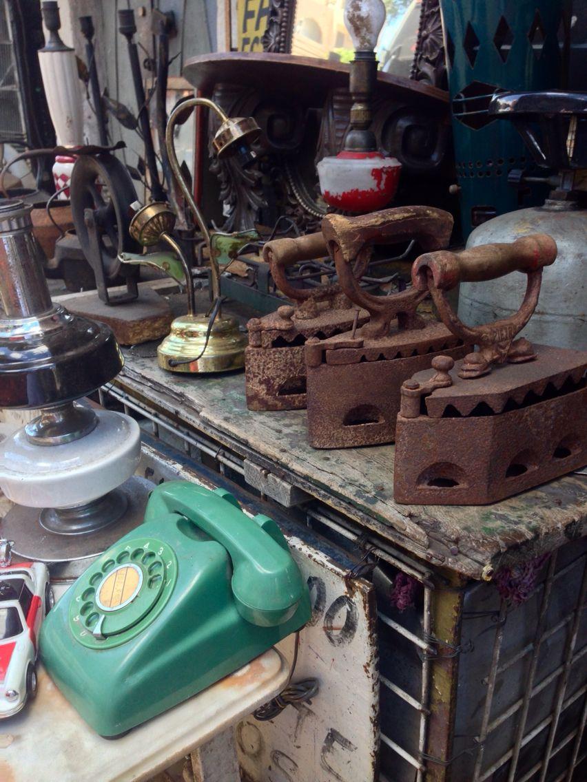 Plancha y teléfono antiguo en un mercado de pulgas .Asuncion ...