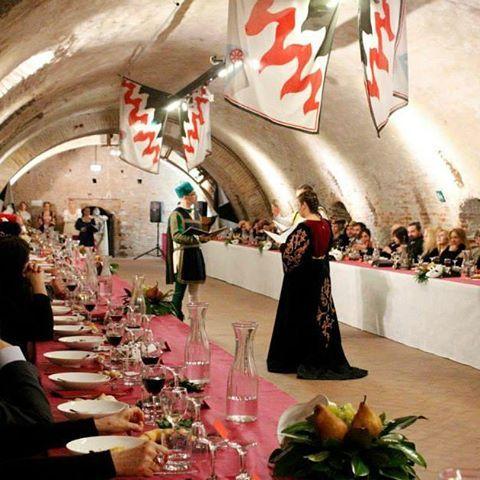 @rionesanpaolo Anche il 7 Febbraio, a pranzo, si potrà assaporare l'atmosfera di una locanda rinascimentale, incontrando nobili e dame, uomini d'arme, cuochi, camerieri maldestri e buffoni. #rinascife2016 Info: http://www.rionesanpaolo.com/cenaacorte