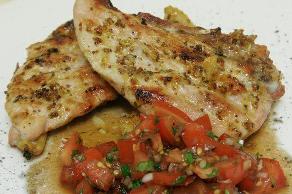 Kochsamkeit: Grillwetter: Perlhuhn mit Honigsenfkruste und Tomatensalat