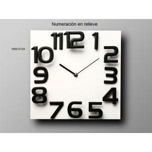 Reloj de pared cuadradoen madera lacada blanca y numeros negros de plastico en relieve. www.relojesplatayacero.com