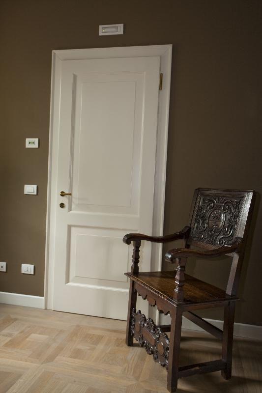 Porta di ingresso bicolore verde e bianco ad arco con inferriata ...