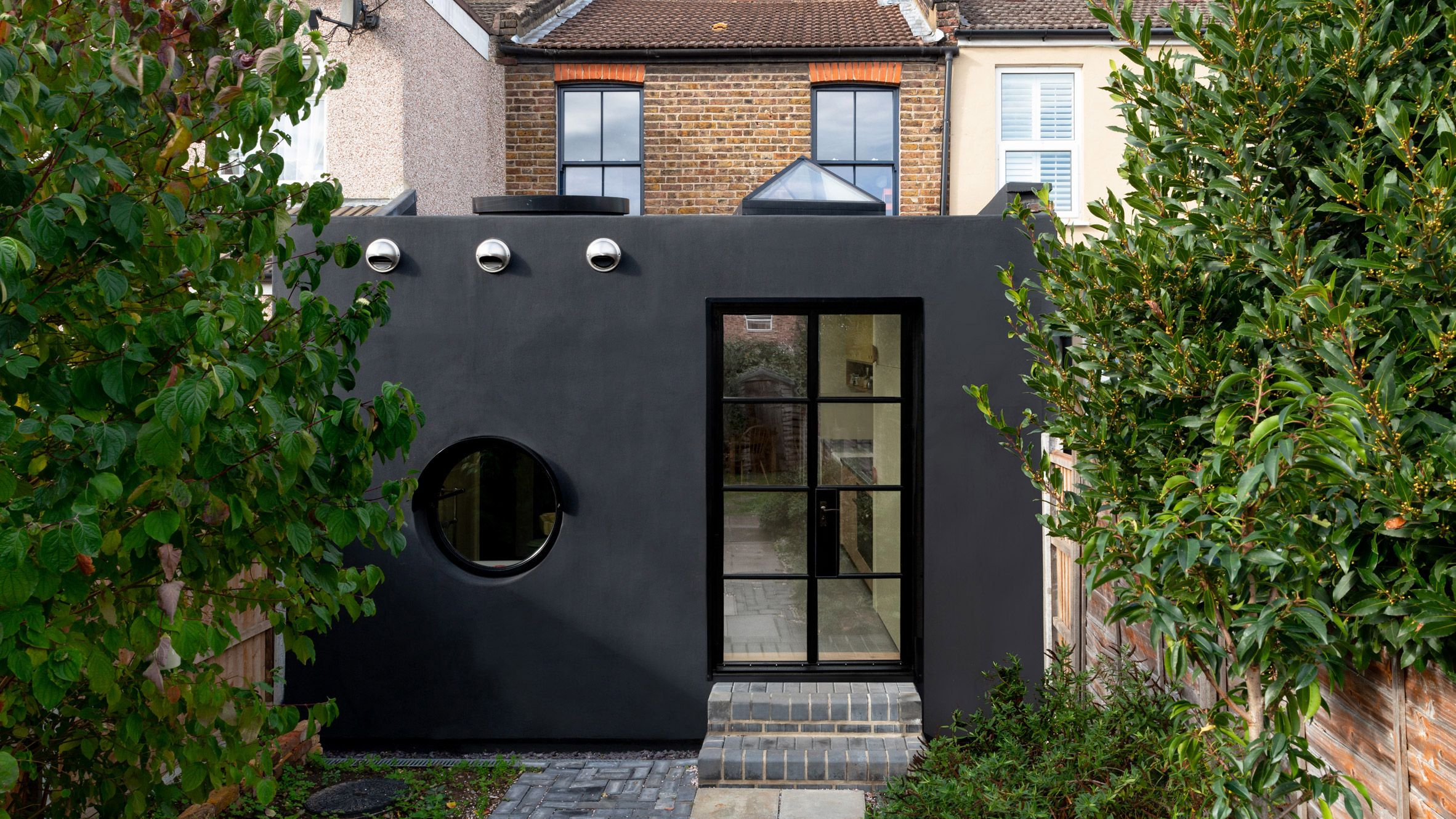 Office S M S Two Faced Janus House Extension Is Coated With Spray On Rubber Https Cstu Io Abce95 Architect House Extensions House Exterior Architect House