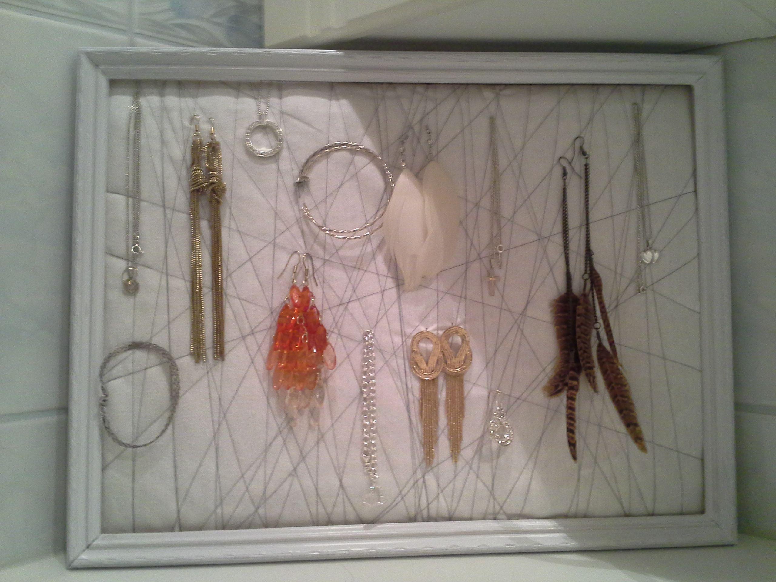 Vanhasta puisesta taulusta tehty pahvin, kankaiden, maalin ja langan avulla korutaulu (: