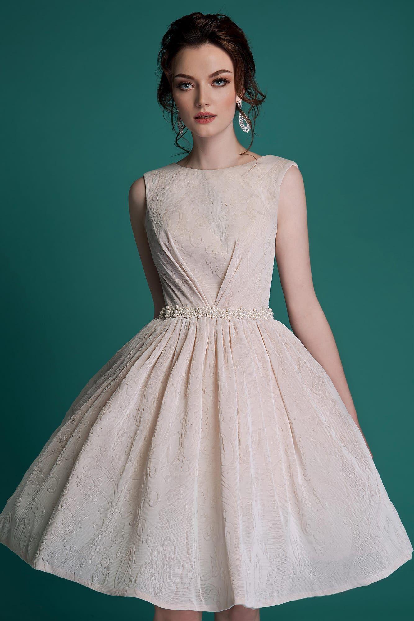 57103c2db9a2ee3 Кремовое свадебное платье пышного кроя с глубоким V-образным декольте на  спинке и юбкой до колена.