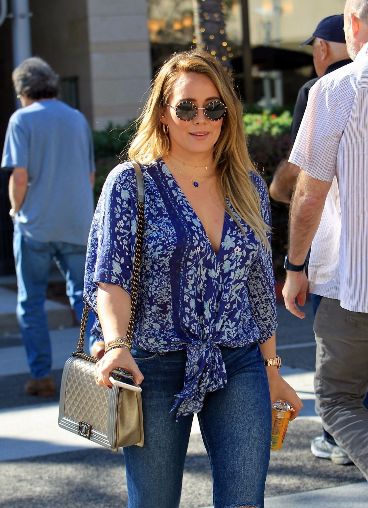 Hilaryduff style hilary duff street style grabs lunch at la scala