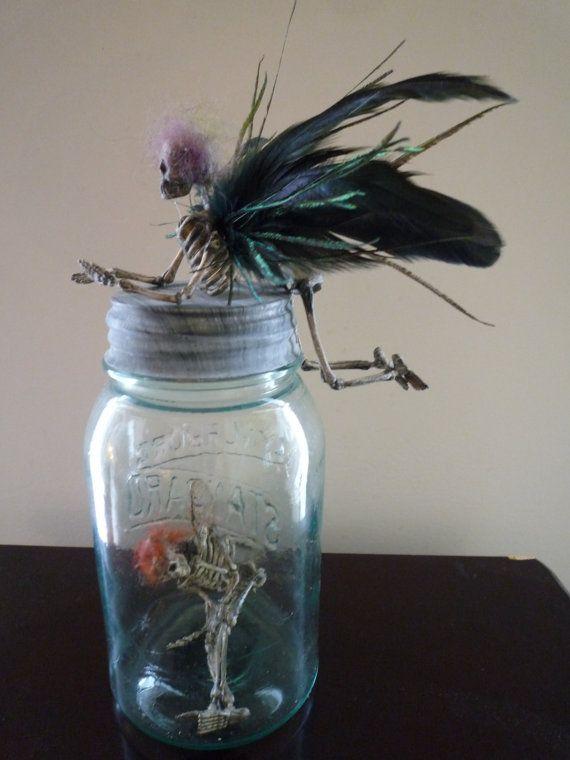 un squelette de faerie d licatement positionn les ailes sont des plumes mettre dans une tasse. Black Bedroom Furniture Sets. Home Design Ideas