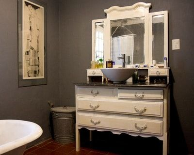 Une Commode Avec Plaque De Marbre Transformee En Meuble Vasque Meuble Vasque Mobilier De Salon Salle De Bains Shabby Chic