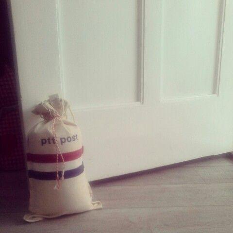 Vandaag maakte ik een deurstopper van een ptt zak en wat rolladetouw. Homestylecollectibles.blogspot.com