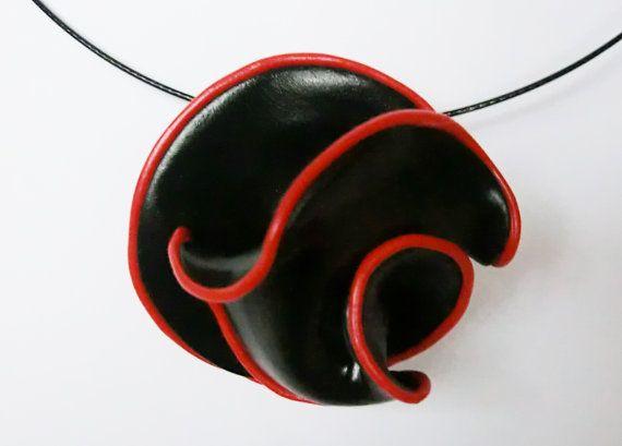 Broche fimo pendentif noir avec bord rouge par atelierJOKO sur Etsy, €17.50