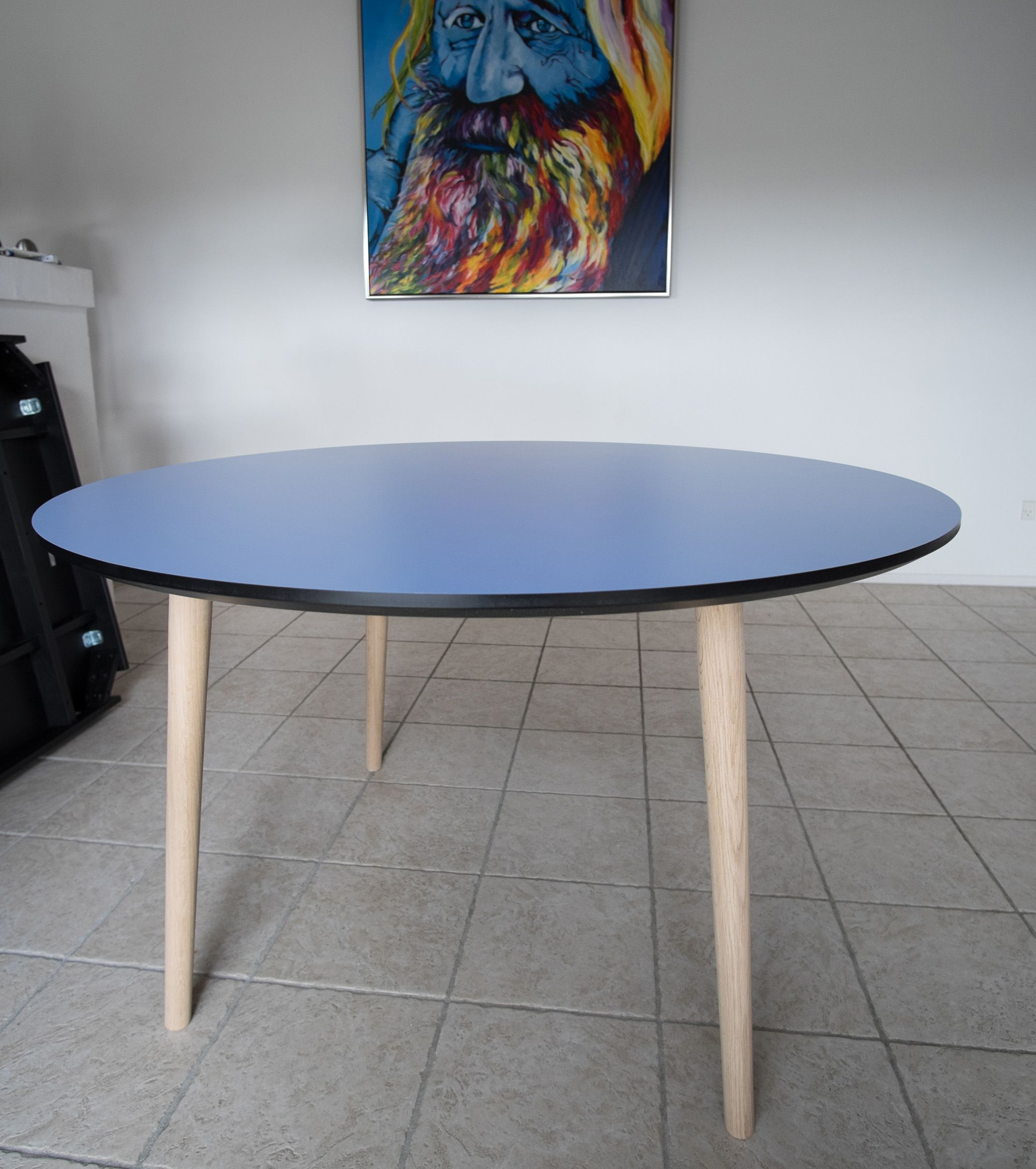 Sofa rund oval  Rund spisebord med blå laminat efter kundens eget valg. Hos Ksign ...