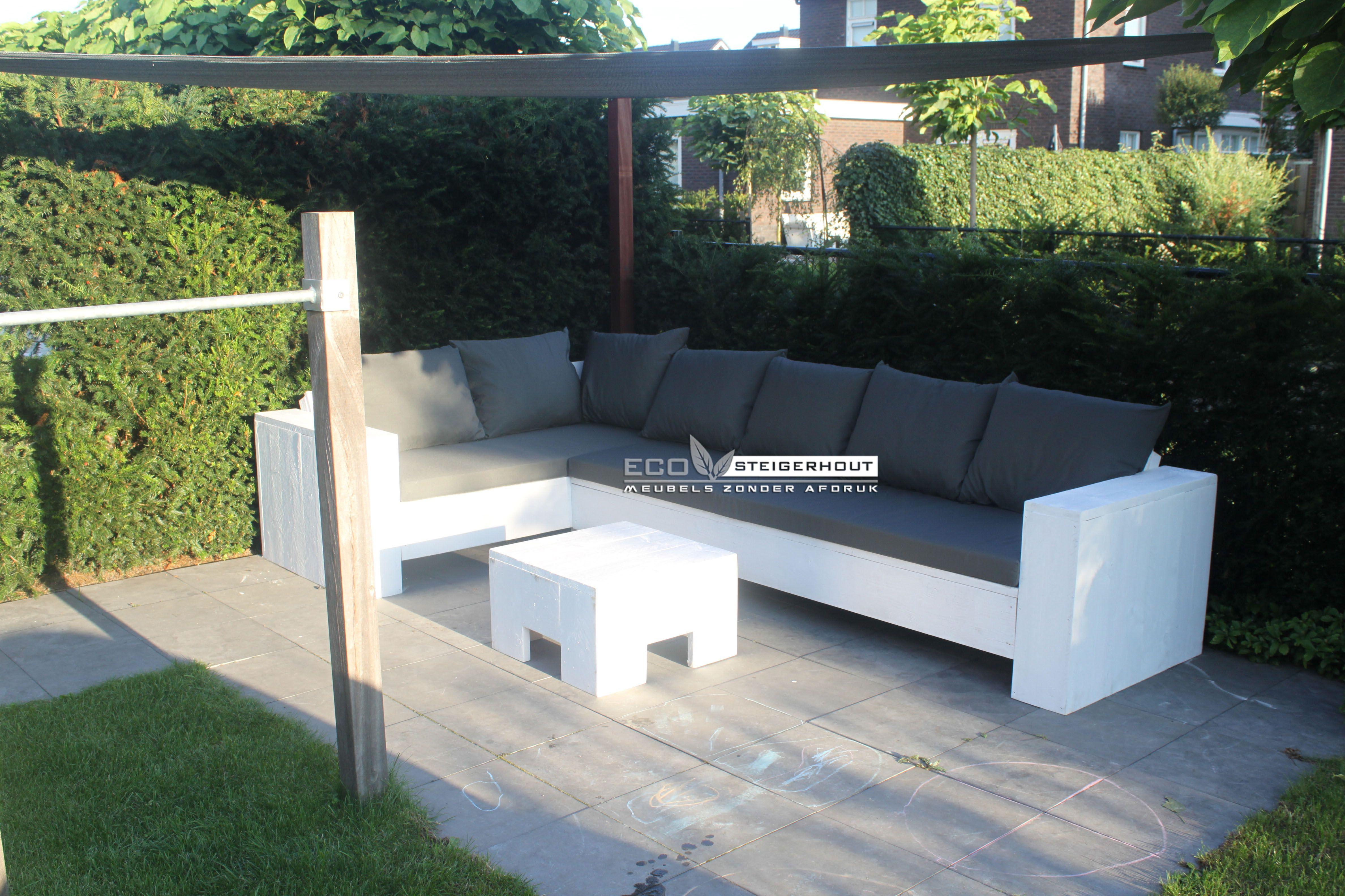 Witte steigerhouten hoekbank caldera behandeld met wit ral9010 en bijpassende all weather - Moderne zwart witte lounge ...