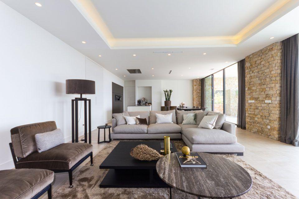 Luxe woonkamer met design zitbank en bijzettafel | woonkamer ideeën ...