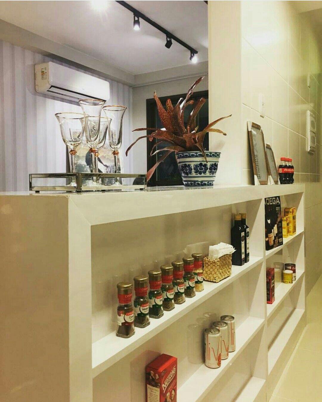 Separação entre sala e cozinha. Projeto de @doloresmarafellinterioredesign