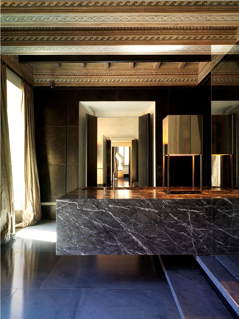Stunning via giulia apartment in roma look at the nero for Roma interior design