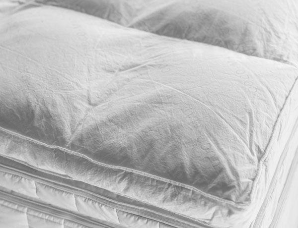 El top Kyriaki envuelve con suavidad y comodidad de la cabeza a los pies. Relleno de plumón de oca, alivia los músculos doloridos permitiendo la relajación perfecta. El plumón se distribuye uniformemente en micro-colchones separados que el desplazamiento del relleno y es lavable, gracias a las aberturas de cremallera en el lado. Se puede utilizar como Top sobre su colchón o como un colchón superior adicional en un sistema de 4 capas, sobre Iviskos o Thalassa.