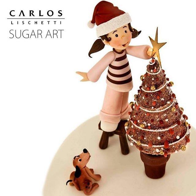 Dando el toque final al árbol de Navidad. ¡FELIZ NAVIDAD a todos! ********************** Putting the final touch to the Christmas tree.  MERRY CHRISTMAS to everyone!  #CarlosLischetti #arteenazucar #sugarart #animationinsugar #sugarcraft #SantaClaus #PapáNoel #FelizNavidad #MeryChristmas