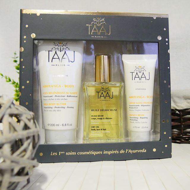 Ayuverda Coffret corps :  Soin régénérant au Karité + Huile Delhicieuse + Crème mains Delhicates. Le soin régénérant au karité apporte confort et souplesse aux peaux les plus sèches. Riche en actifs relipidants, émollients et revitalisants, il nourrit, répare et protège la peau du dessèchement. Huile Délhicieuse TAAJ, une huile sèche pour le corps, le visage et les cheveux. La crème mains délhicates  apporte confort et douceur aux mains les plus abîmées. TAAJ Ayuverda Body Set Contains…