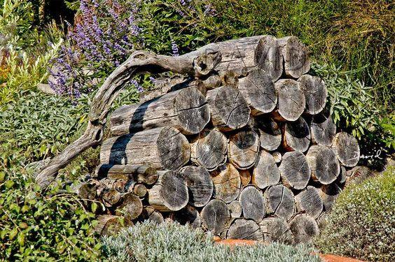 Holzstapel Sind Eine Einfache Methode Um Grossere Mengen Totholz Im Garten Zu Arrangieren Ohne Das Ordnungswurdige Nachbar Naturgarten Naturnaher Garten Garten