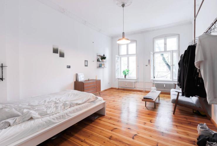 gro es helles schlazimmer minimalistisch eingerichte gem tliche schlafzimmer by wg gesucht. Black Bedroom Furniture Sets. Home Design Ideas