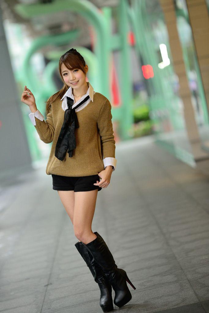 [フリー素材] ブーツを履く台湾の女性 (cc-library010002209)