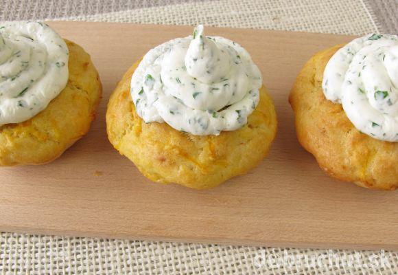 Kukuričné cupcakes s cesnakovo-bylinkovým krémom