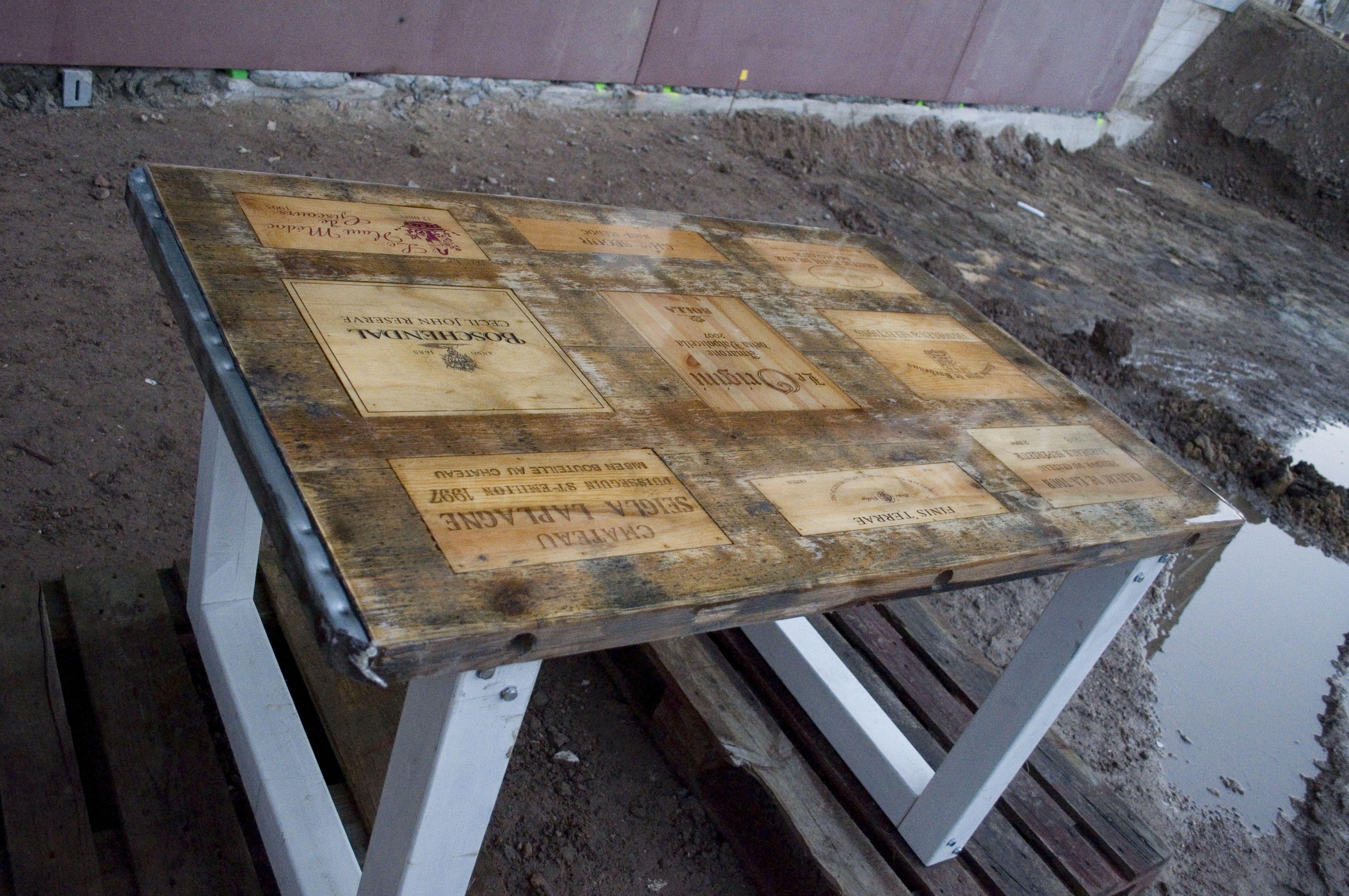 Tafel van steenschotten en wijnkisten in epoxy gegoten for Tafel van steenschotten