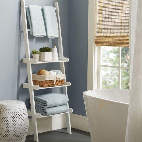 Een kastje in de badkamer is mooi en handig je kan bijvoorbeeld ook een houten ladder neer - Interieur decoratie badkamer ...