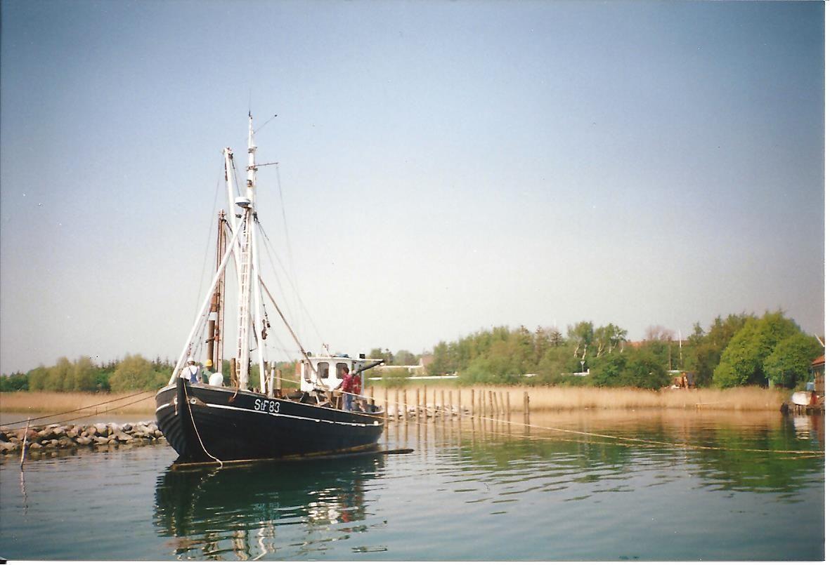"""Ved den første udvidelse af lystbådehavnen i 1998 blev der selvfølgelig brugt lokal arbejdskraft, her rammer Jan Hansens """"Håbet"""" pæle. Eget foto."""