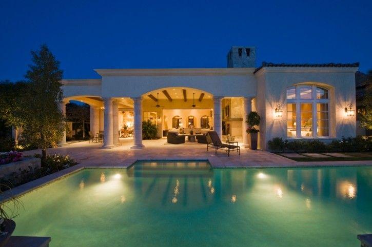 groer pool im hinterhof einer zeitgenssischen weie villa mit berdachter terrasse - Hinterhoflandschaftsideen