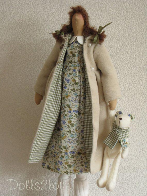 Esta hermosa muñeca hecha a mano tiene un cuerpo que se basa en un patrón de Tilda. Los paños están diseñados y hechos por mí. Esta bonita muñeca